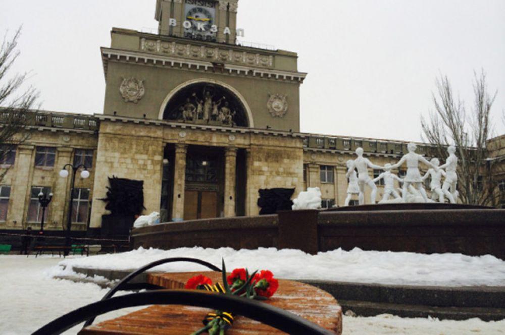 Жители начали приносить цветы на вокзал в Волгограде уже 30 декабря, несмотря на то, что утром прогремел ещё один взрыв.