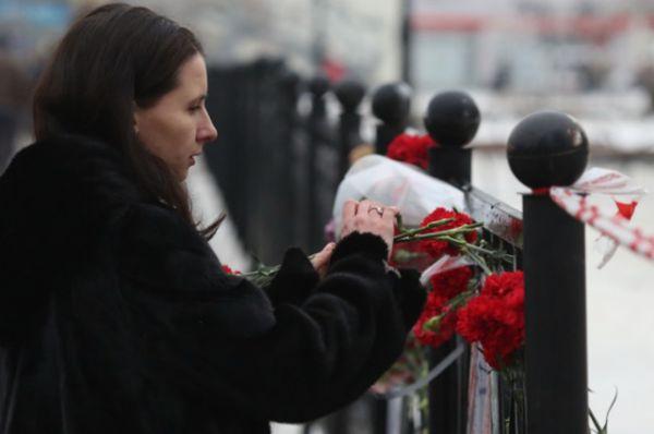 Люди приносили цветы не только к зданию вокзала, но и в другие общественные места в городе.