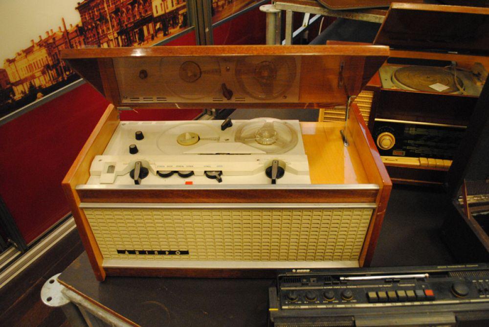 Стационарный катушечный магнитофон
