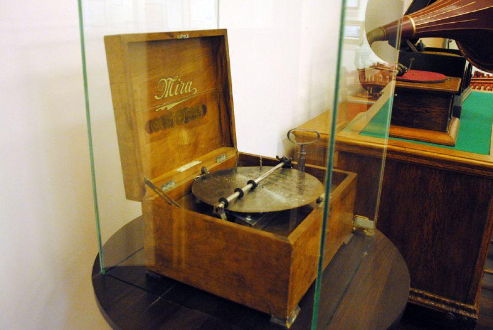 Один из первых звуковоспроизводящих механизмов - музыкальная шкатулка
