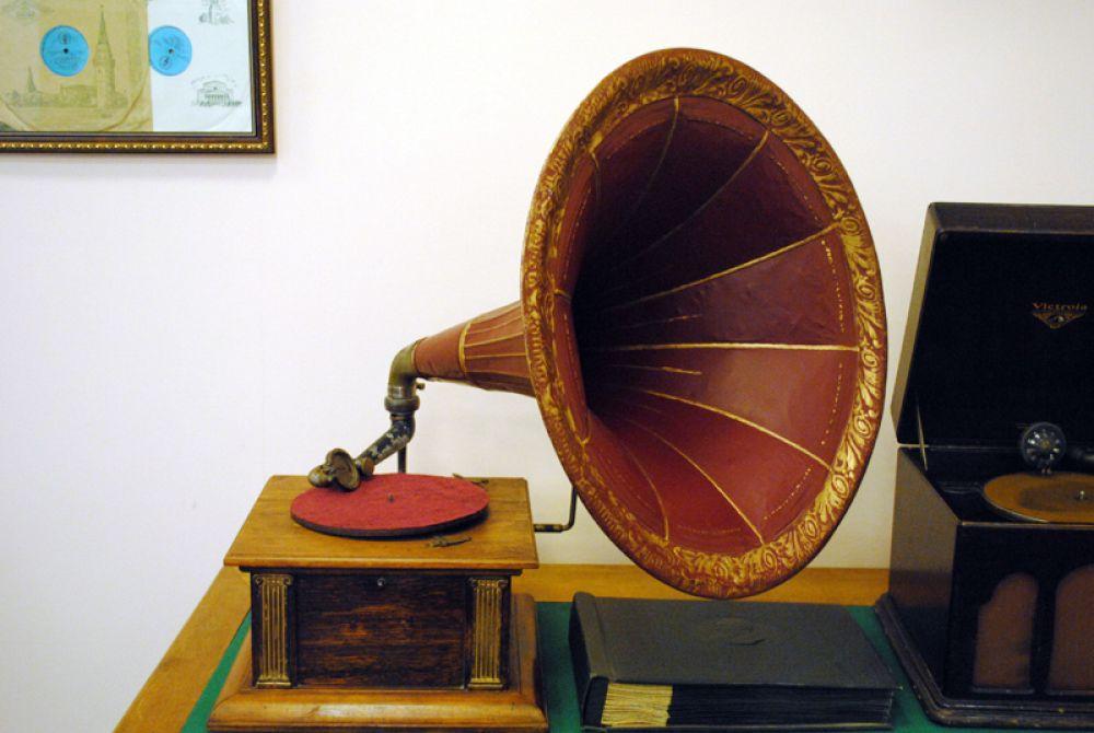 Красавец-граммофон начала ХХ века - несомненное украшение экспозиции
