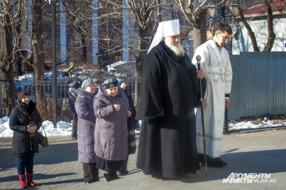 Митрополит Владивостокский и Приморский Вениамин входит в Покровский кафедральный собор для совершения богослужения.