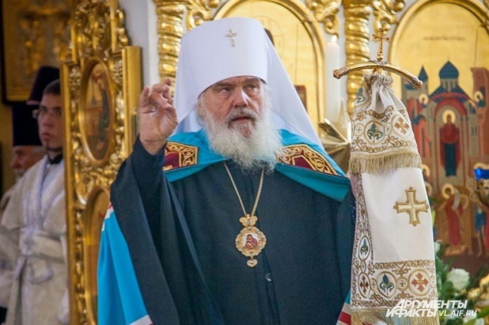Митрополит Вениамин начинает службу.