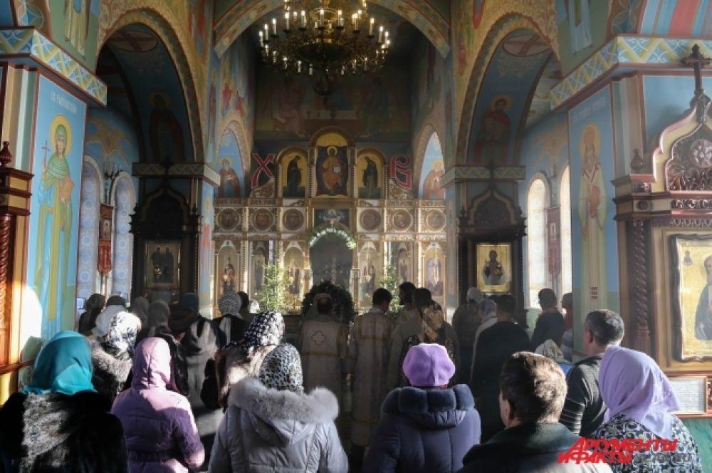 Прихожане слушают послания Святейшего Патриарха Московского и всея Руси Кирилла.