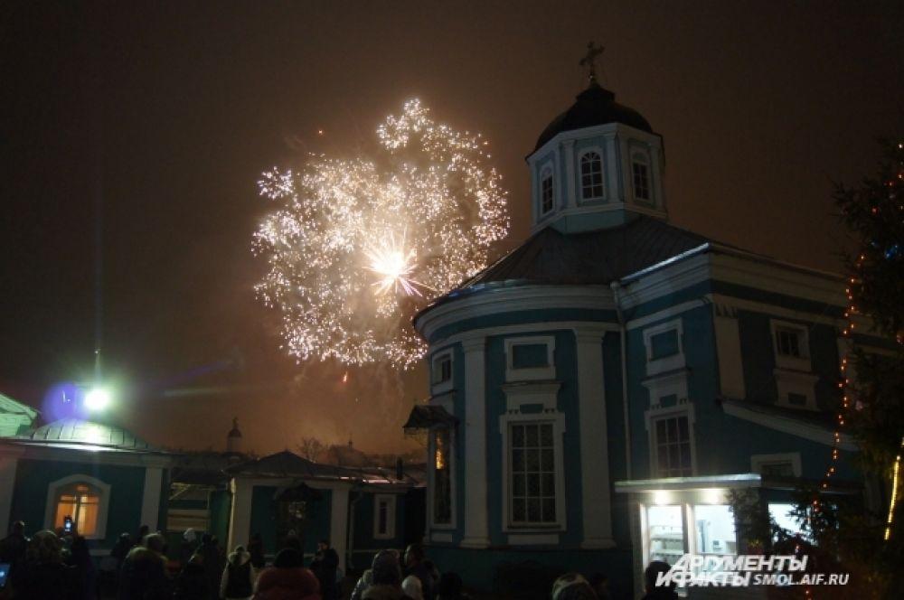 Салют над Богоявленским собором