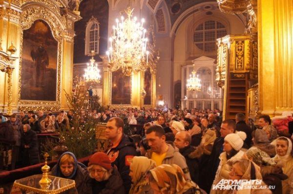 Тысячи смолян пришли в собор в эту ночь
