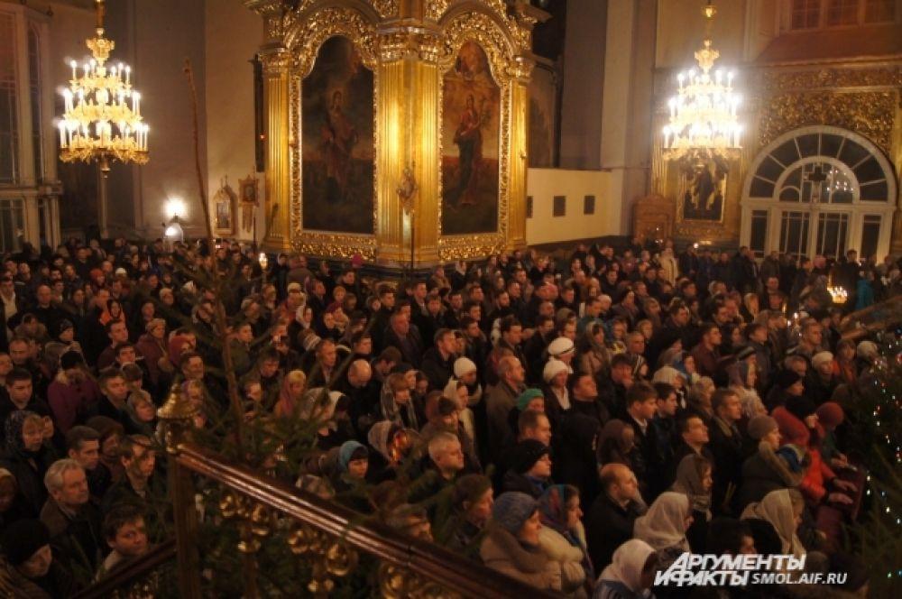 Тысячи верующих