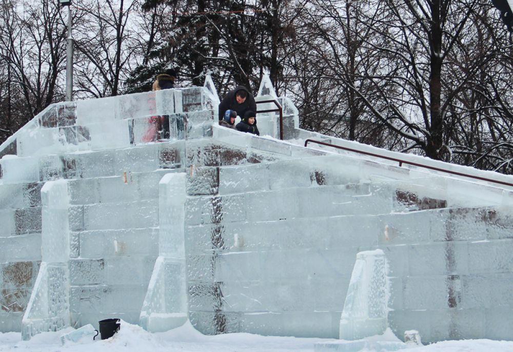 Ледяная горка поражала воображение своими размерами.