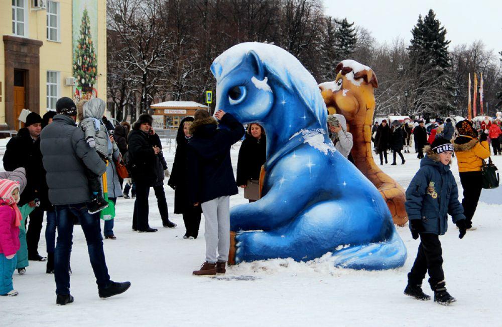 В этом году счастья ждут от синей лошади.