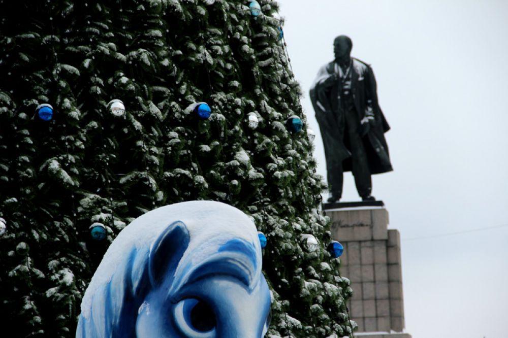 Знал ли Ильич, что станет свидетелем того, как народ празднует Рождество на площади его имени…