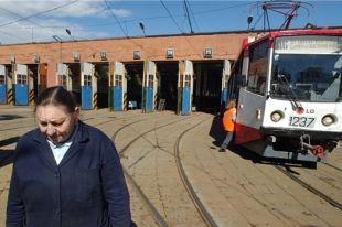 В Челябинской области машина сбила женщину на трамвайной остановке