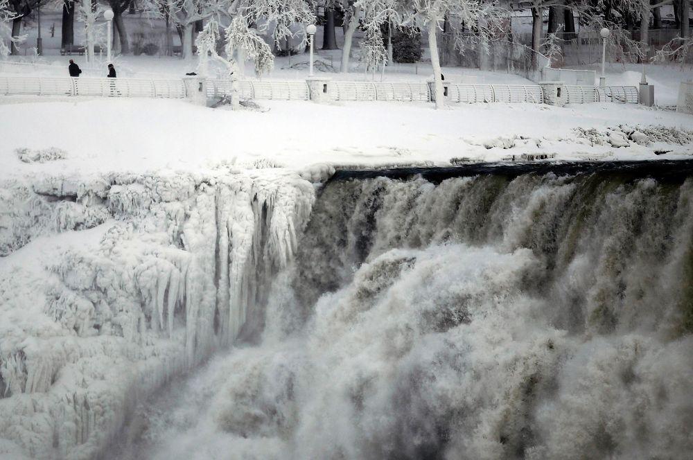 В связи с резким понижением температуры заледенел один из символов страны и крупнейший водопад в мире – Ниагарский. В прошлый раз подобное случалось более ста лет назад – в 1912 году.
