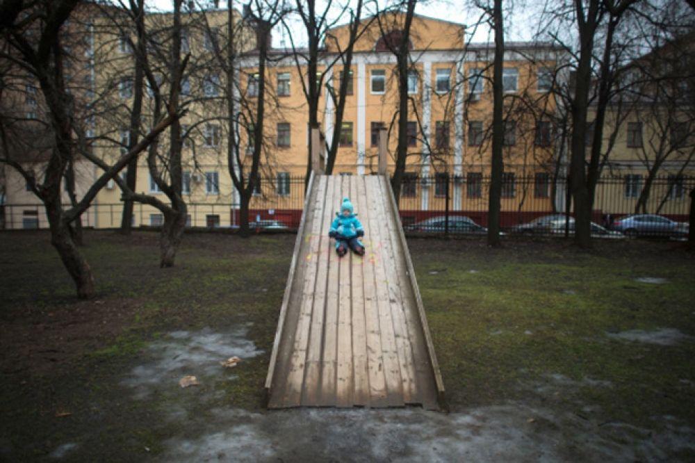 Рекордно высокие температуры сохраняются в эти дни и в Москве – на улицах столицы по-прежнему нет снега, при этом во многих районах образовались лужи.