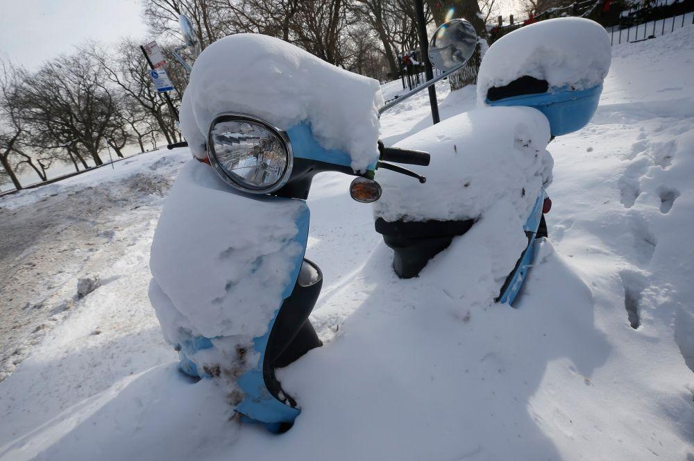 Заморозки коснулись штатов на Среднем Западе и северо-востоке США. Рекордным похолоданием отметился город Дулут в Миннесоте, где столбики термометра опустились до -47 градусов.