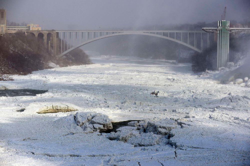 Также оледенела и река Ниагара, соединяющая озёра Эри и Онтарио и отделяющая американский штат Нью-Йорк от канадской провинции Онтарио.