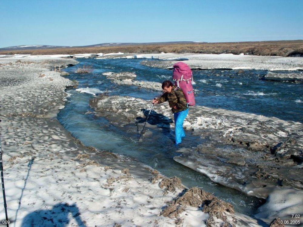 Переправа через замёрзший ручей на Полярном Урале