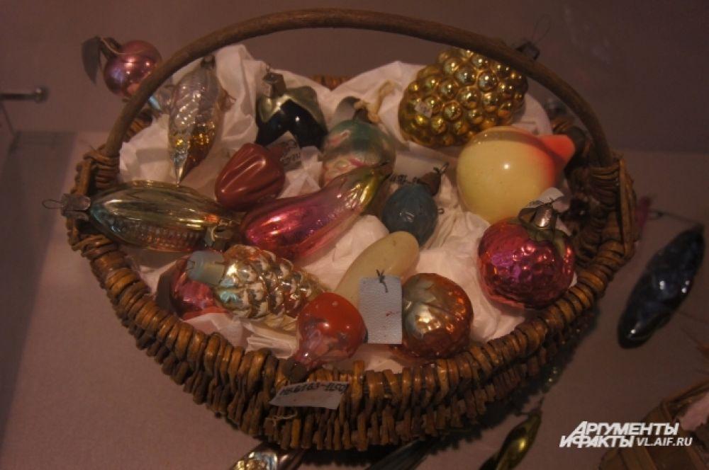 Чтобы сохранить ёлочные игрушки их складывали в специальный ящик, укрыв ватой.