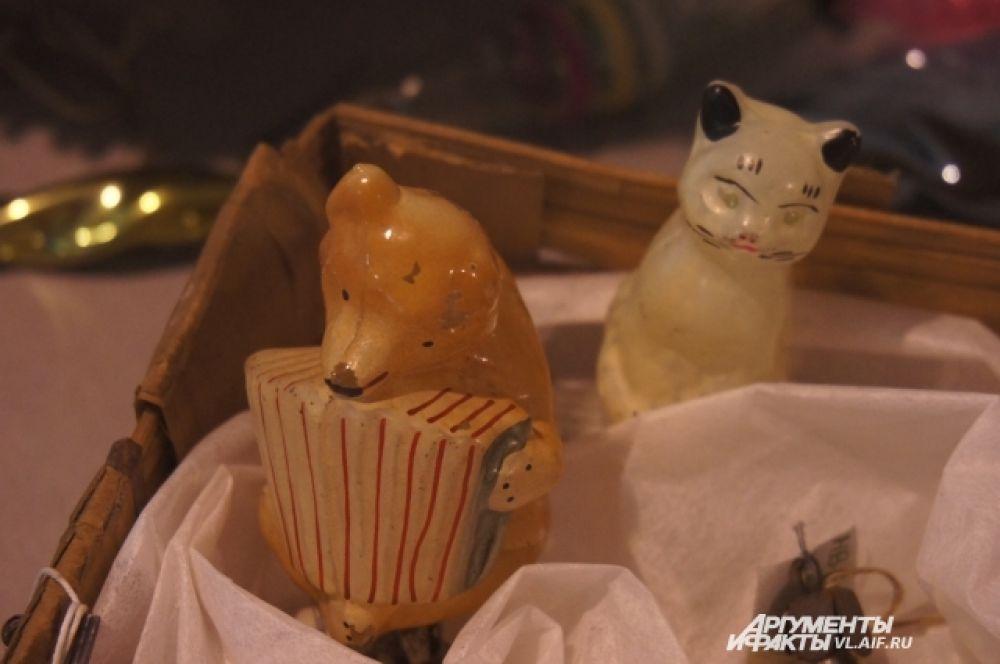 Мишка и котик - так же крепятся к ветке специальным зажимом.