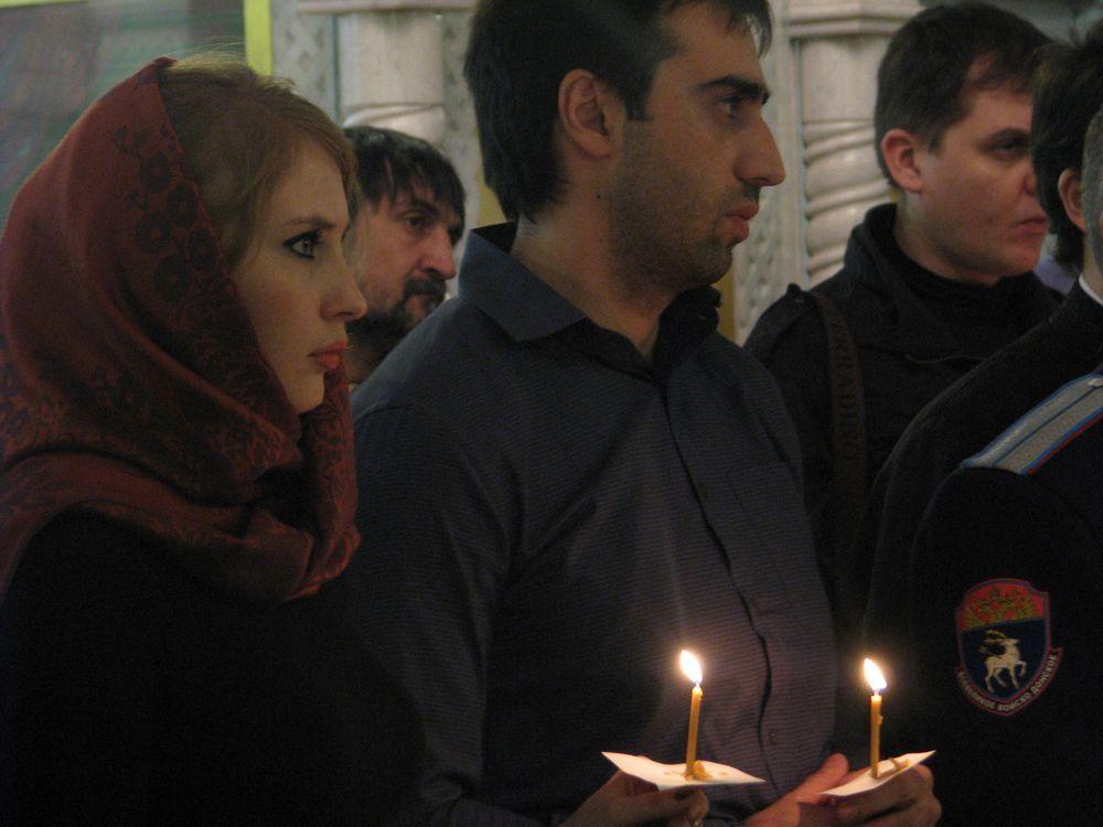 Свечи в память о погибших зажгли около 100 ростовчан.