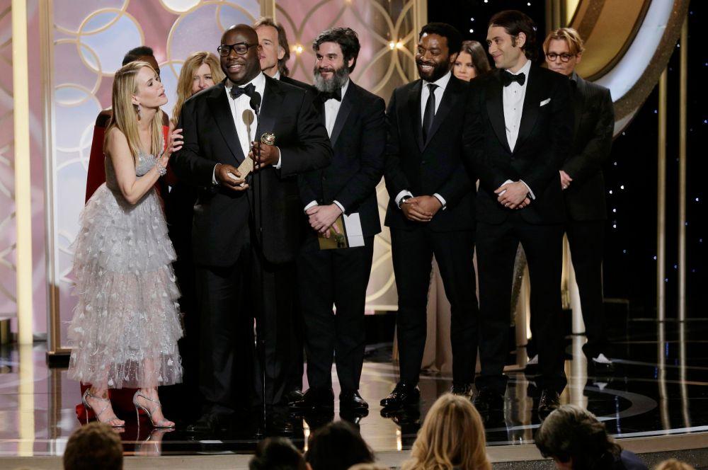 В самой главной номинации – «Лучший драматический фильм» - награду получила картина «12 лет рабства» британского режиссёра Стива МакКуина (в центре).