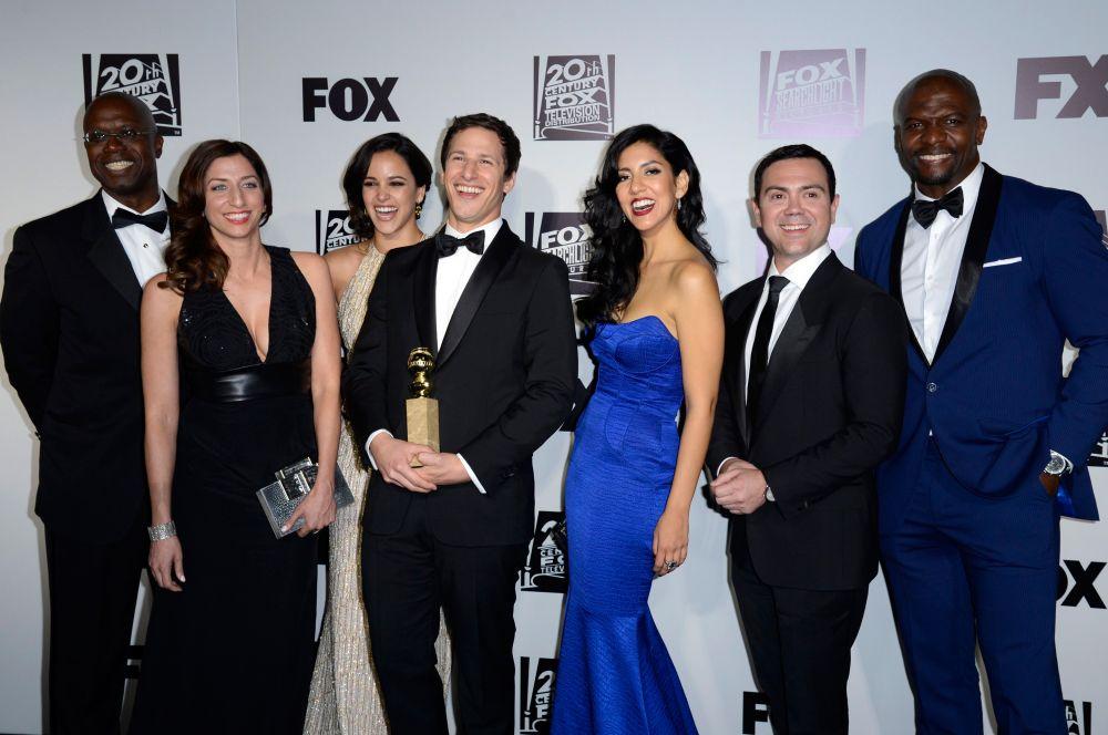Награду в номинации лучшего комедийного телесериала получил ситком «Бруклин 9-9». Исполнитель главной роли Энди Сэмберг (в центре) также был признан лучший актёром в комедийном сериале.