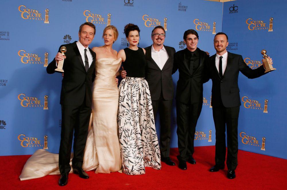 Лучшим драматическим сериалом был признан «Во все тяжкие». Приз за лучшую мужскую роль в драматическом сериале также ушёл к этому проекту – премию получил исполнитель главной роли Брайан Крэнстон (слева).