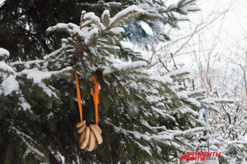 Новогодние украшения на ёлке возле жилого дома.
