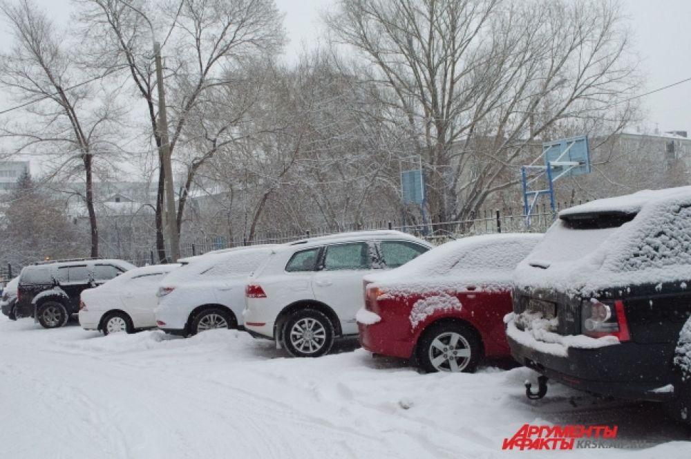 Автомобили не успевают замерзнуть за ночь.