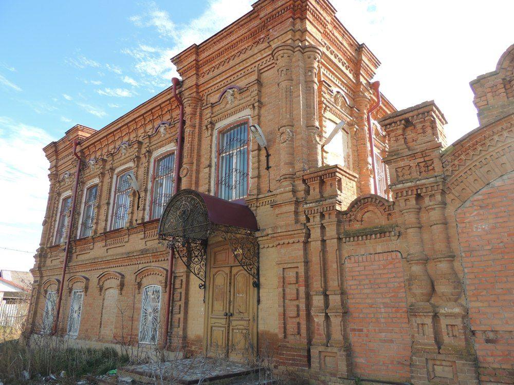 Напротив дома Воронина расположен богатый купеческий особняк.