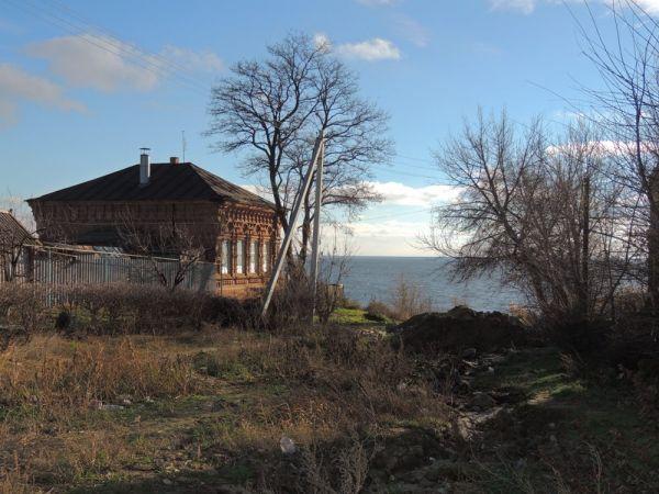 Большинство старинных домов на берегу Волги изрешечены пулями. Здесь во время Сталинградской битвы была переправа.