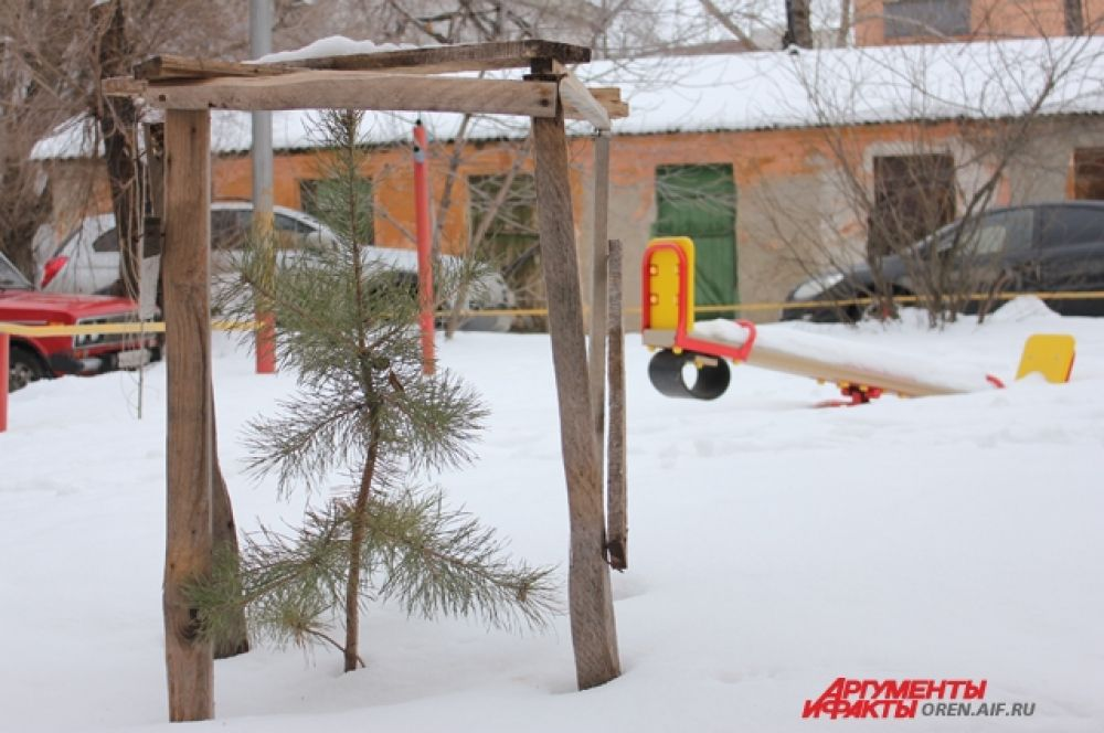 Детские площадки кое-где пустуют даже в теплую погоду.