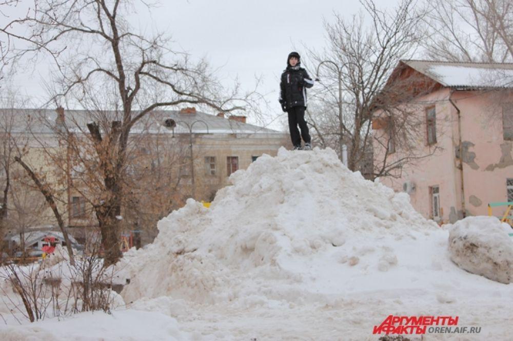 Снежные горы - излюбленное место для детских игр.