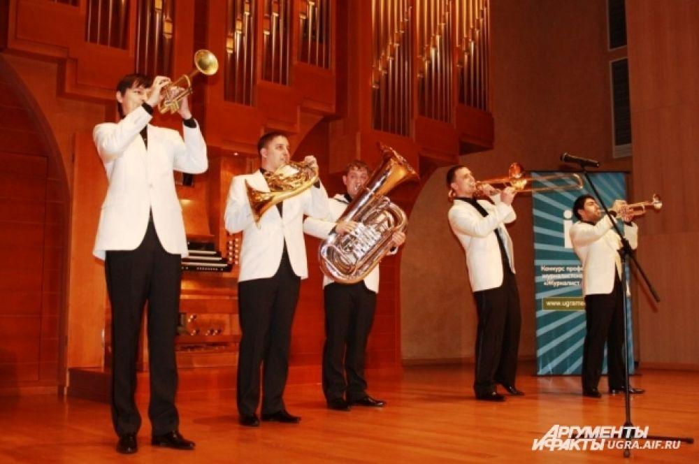 Для гостей церемонии играл духовой ансамбль «Сибирь Брасс».