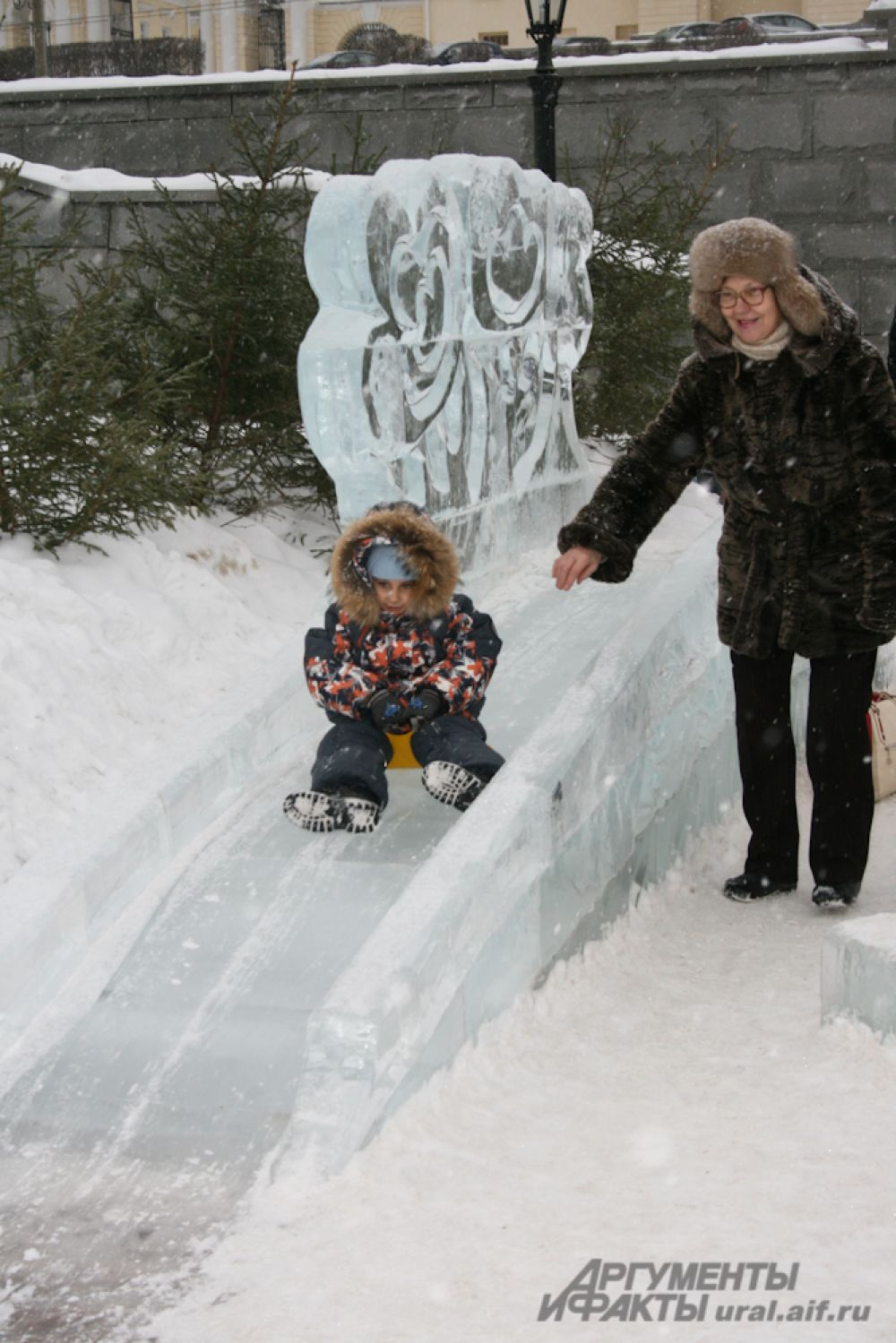 Для ребятишек здесь построен небольшой, но симпатичный ледовый городок.