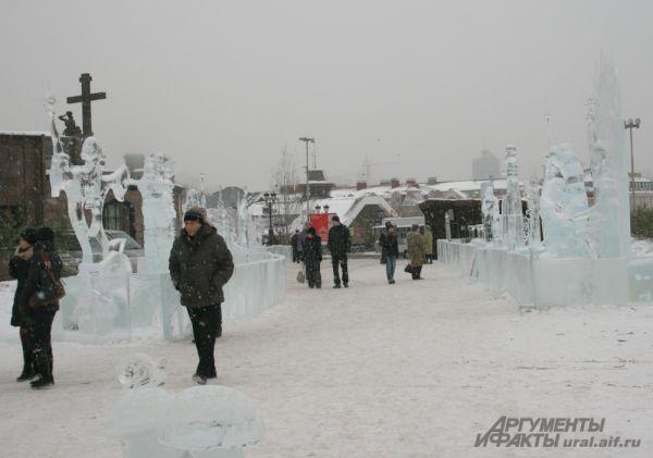 Фестивальные скульптуры у Храма-на-Крови не одиноки даже в будний день. Шедевры ледовых дел мастеров неизменно привлекают внимание уральцев и гостей Екатеринбурга.