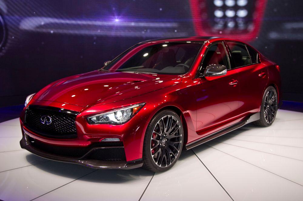 Infiniti Q50 Eau Rouge. Компания Infiniti представит концепт Q50 Eau Rouge, представляющий собой переработанный седан Q50. Автомобиль получил новый карбоновый обвес, при разработке которого дизайнеры вдохновлялись машинами Формулы-1.