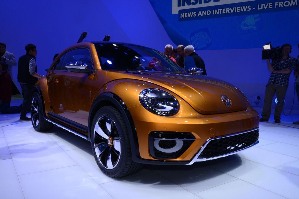 Volkswagen Beetle Dune Concept. По сравнению с классической моделью кузов «жука дюн» поднят на 50 мм, а шины повышенной проходимости и 19-дюймовые диски создают внедорожниый внешний вид. Несмотря на это Beetle Dune будет иметь передний привод.