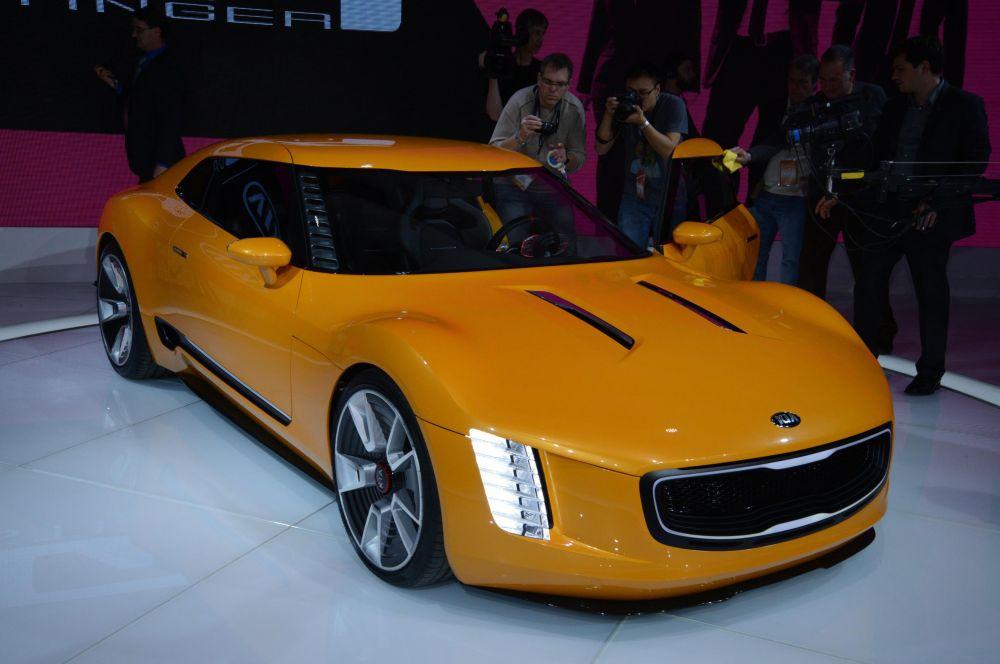 Kia GT4 Stinger Concept. Спортивный силуэт кузова этого концепта спроектирован в калифорнийском дизайн-центре Kia. Силовой установкой является двухлитровый турбированный двигатель мощностью 315 л.с. и шестиступенчатая механическая коробка передач.