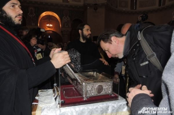 Священники с Афона ни на секунду не оставляют святыню