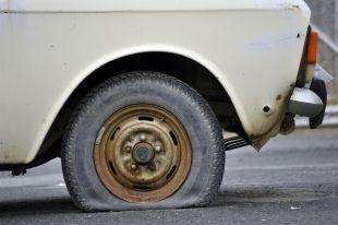 На Южном Урале двое мужчин проткнули шины полицейской машины