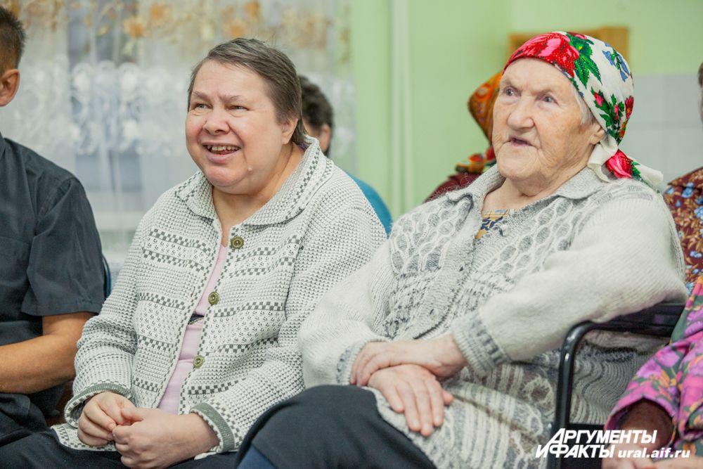 В доме-интернате есть прекрасная библиотека (которая, к слову, изрядно пополнилась благодаря читателям «АиФ-Урал»), телевизор, но живой концерт более всего радует стариков.