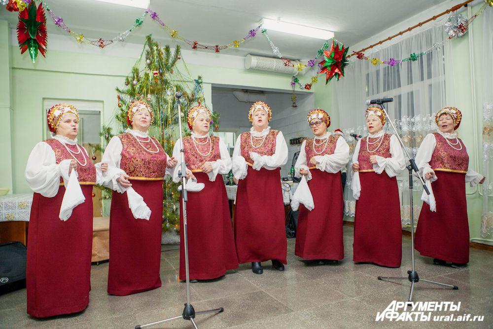 Творческие коллективы Дворца культуры «Кристалл» Сухого Лога нередко навещают старичков Новопышминского дома-интерната, поэтому мы недолго думали, кого пригласить в качестве исполнителей на рождественский концерт. Народный хор «Уралочка» сорвал бурные апл