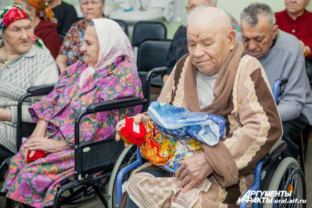 Принимая подарки, от всей души подобранные нашими читателями, старики признавались, что очень приятно и неожиданно чувствовать тепло и заботу совершенно незнакомых людей.