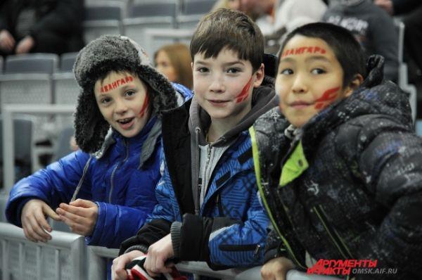 Болельщики на хоккейном матче «Авангард»-«Медвешчак».