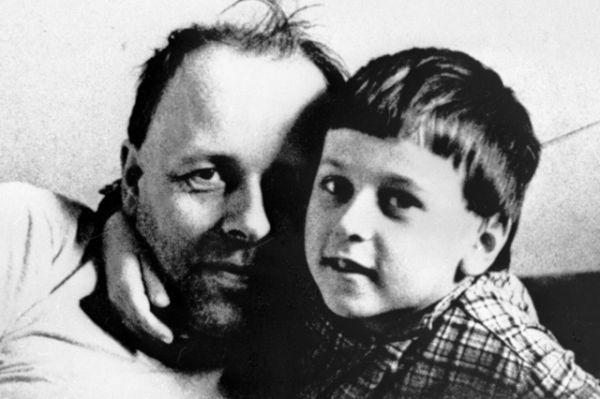 Для Андрея Сахарова, принимавшего непосредственно участие в создании бомбы, этот проект стал последним в области ядерного оружия. В последствии он стал активным участником за запрет такого рода бомб. На фото: Андрей Сахаров с сыном Димой в 1963 году.