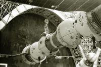 Космические корабли «Союз-4» и «Союз-5» в состыкованном состоянии в павильоне «Космос» на ВДНХ, 1971 год.