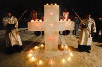 Освещение воды и крестный ход перед началом купания в иордани у Свято-Введенского Толгского женского монастыря на Волге. Православные верующие празднуют Крещение Господне.