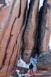 На скале Перья установлена мемориальная табличка в память самого известного столбиста - Владимира Теплыха.