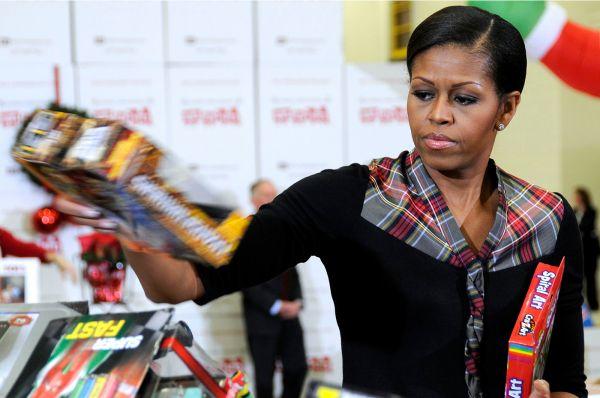 Мишель Обама на благотворительном мероприятии по раздаче бесплатных игрушек, Вашингтон, 16 декабря 2011 года.