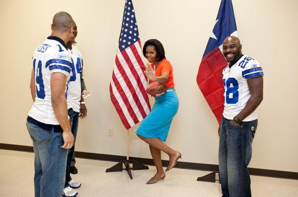 Мишель Обама в рамках кампании «Давайте двигаться» вместе с футболистами команды Dallas Cowboys Майлзом Остином, ДеМаркусом Уэйром и Феликос Джонсом в Далласе, 10 февраля 2012 года.
